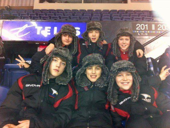 Die sechs Vorarlberger Jungcracks sind in Quebec angekommen und direkt in die Eishalle.