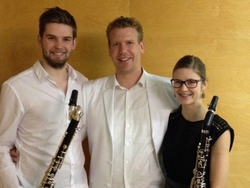 Gold auch für Maximilian Ponader, auf dem Foto mit Lehrer Christian Mathis und Magdalena Kaufmann.