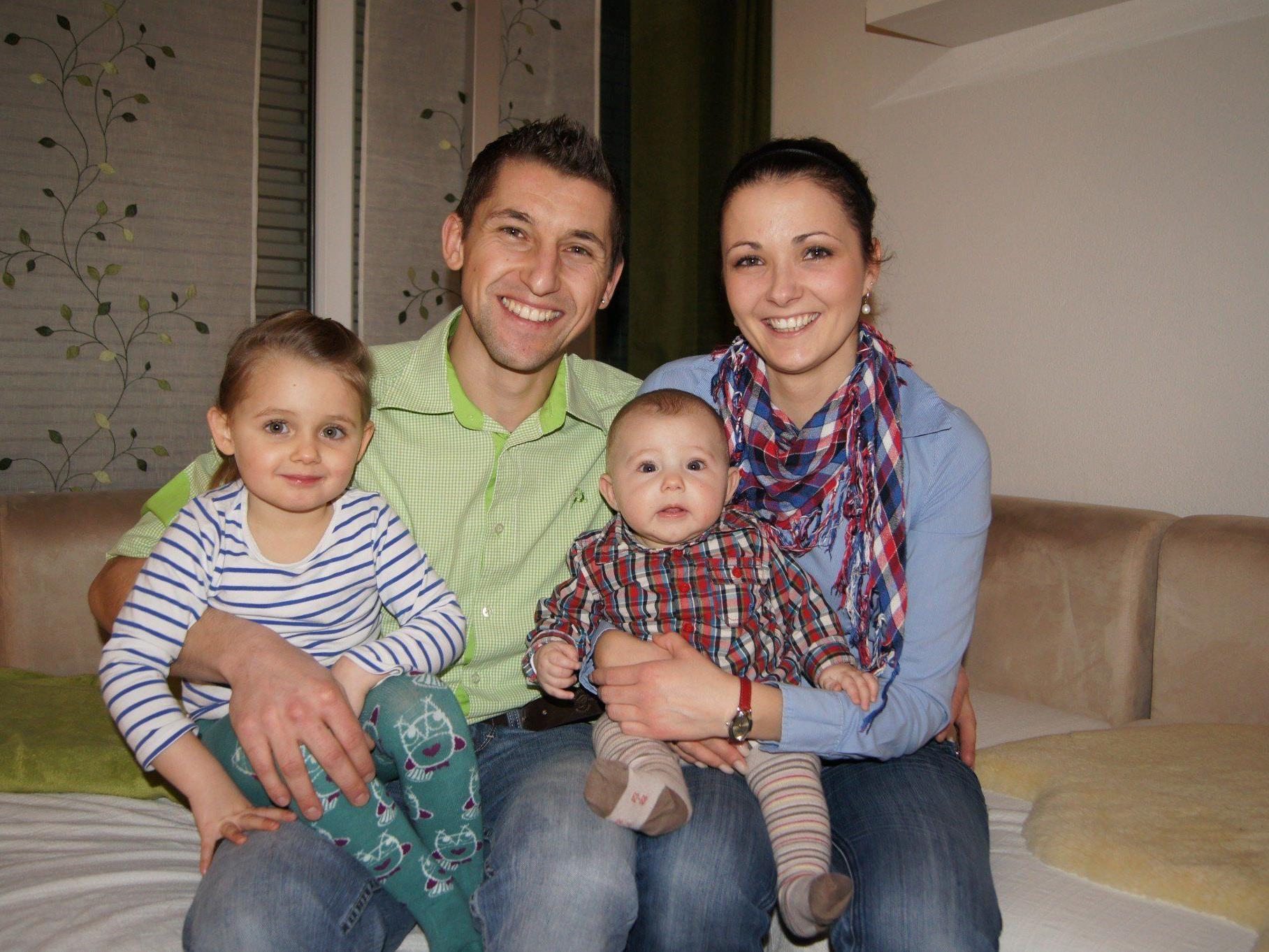 Freude auf den besonderen Tag: Angelina und Daniel mit ihren Kindern im trauten Heim in Dornbirn.