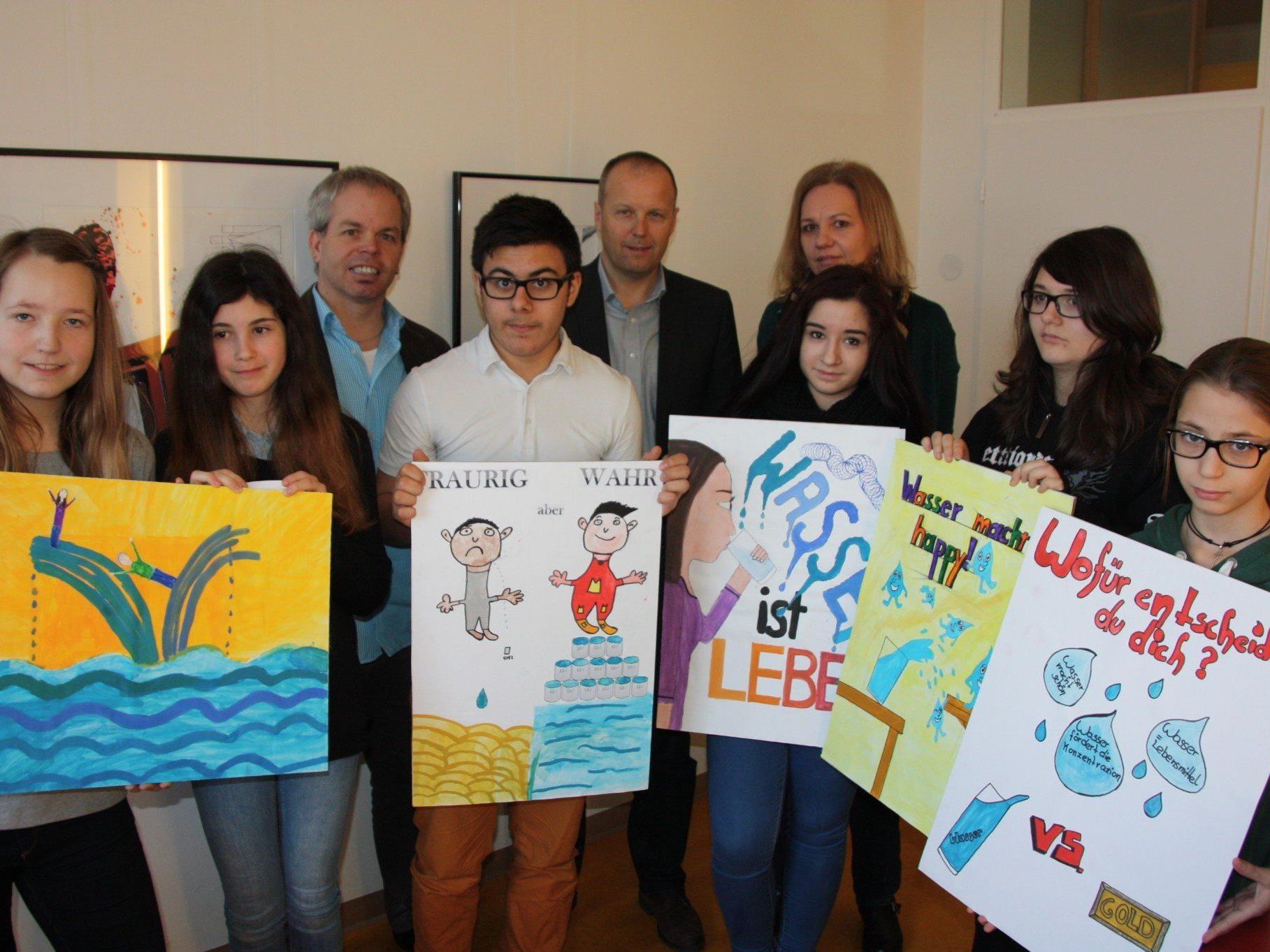 Stolz präsentieren die SchülerInnen der 3b mit Dir. Christian Höpperger, DI Thomas Blank und KV Gaby Hämmerle ihre Wasserplakate.