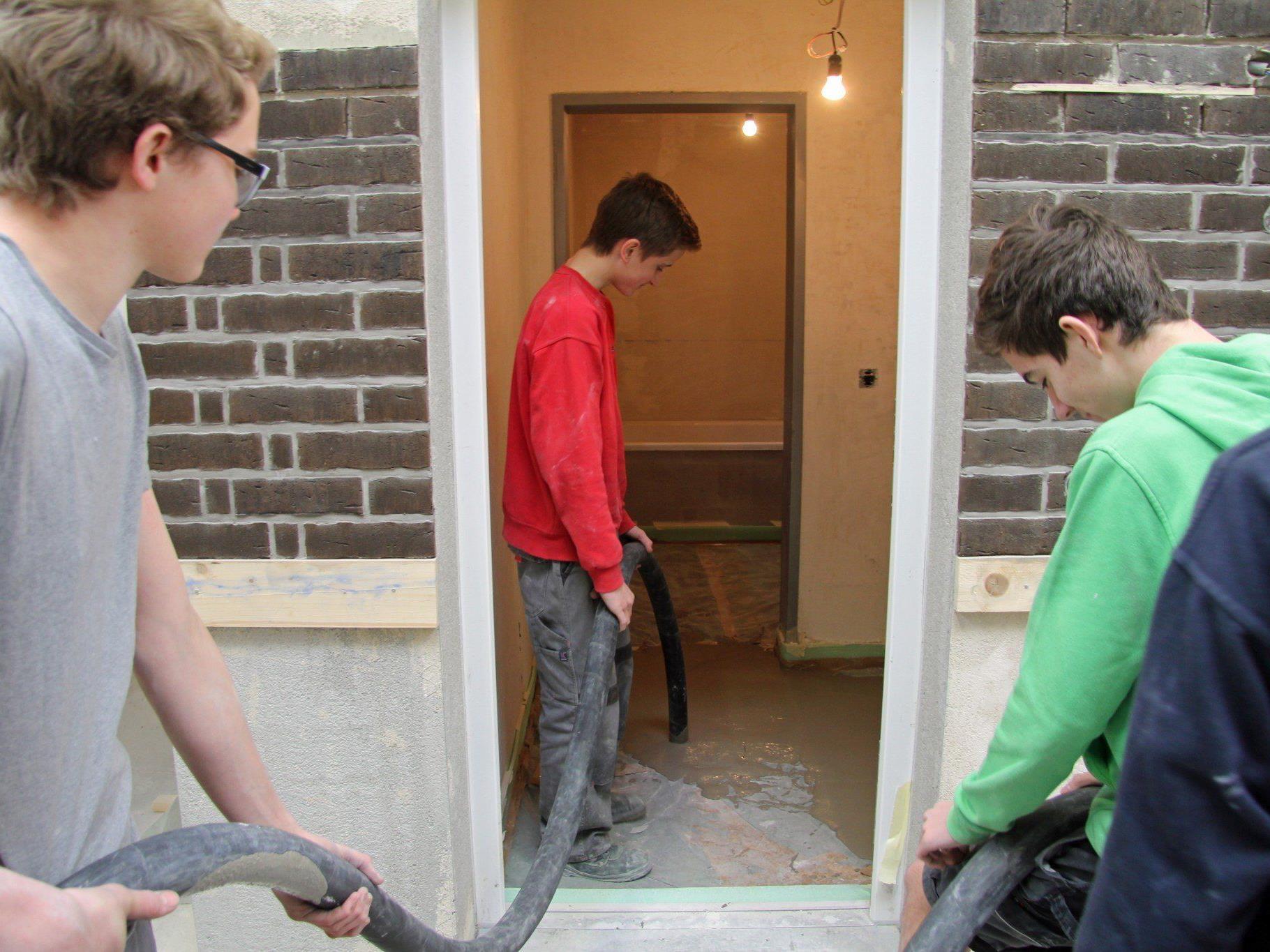 Erstmals können die Schüler der HTL Rankweil Erfahrungen mit Flüssigestrich sammeln.
