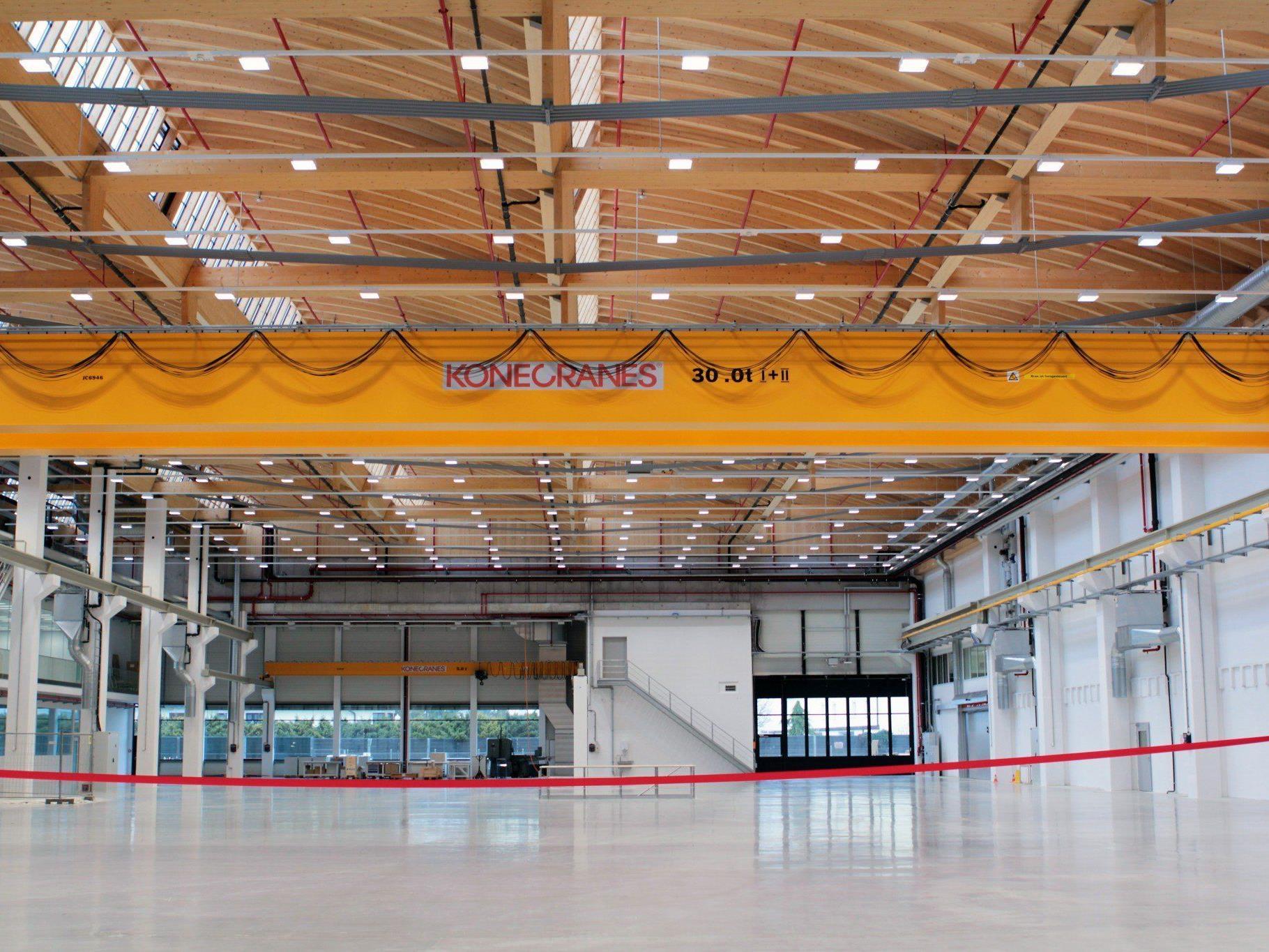 Die frei überspannte Fläche der neuen Werkshalle erstreckt sich auf einer Breite von 37,5 Metern und einer Länge von 90 Metern.