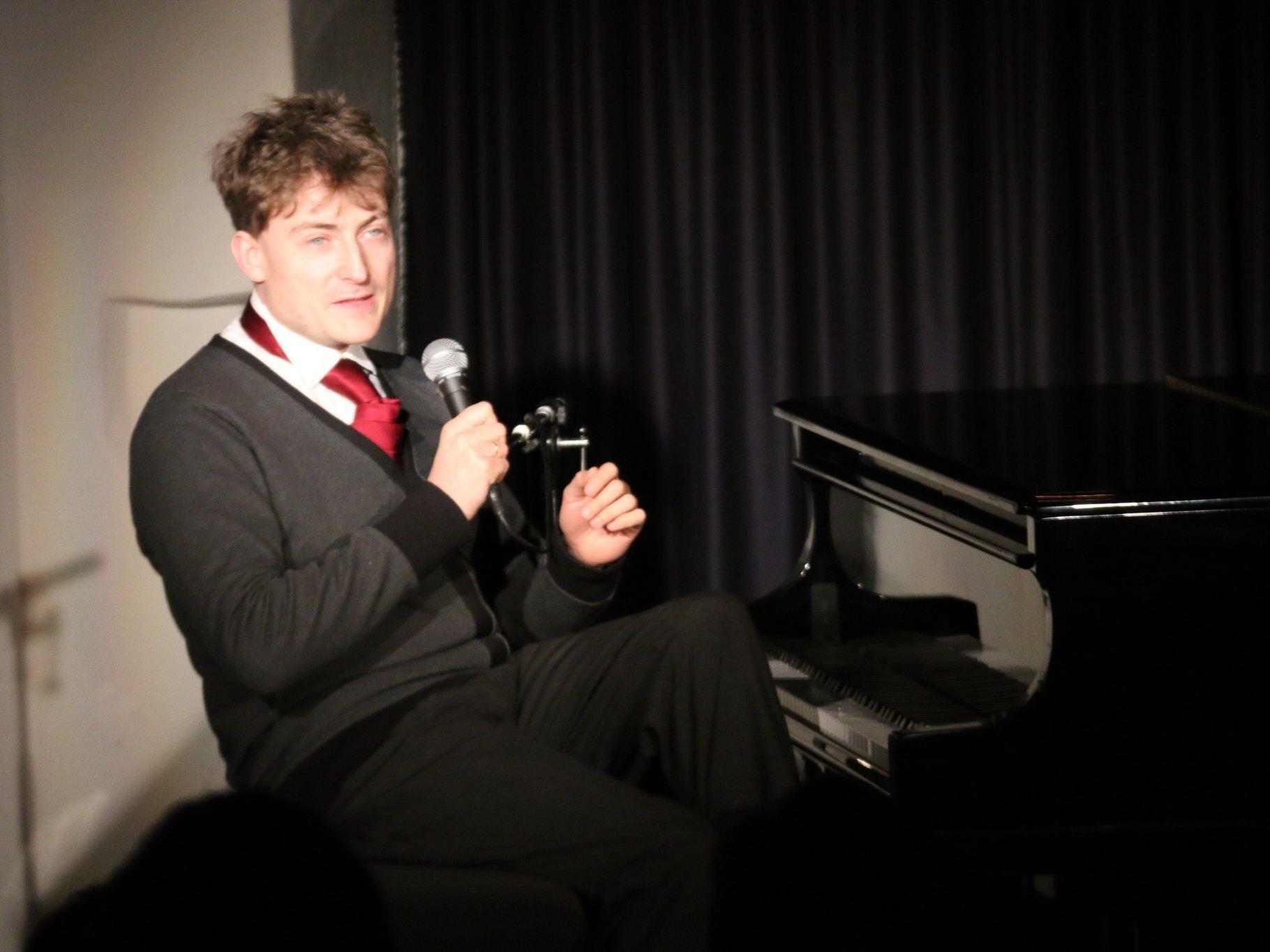 Sebastian Krämer als Chansonnier und Plauderer mit spitzer Zunge.