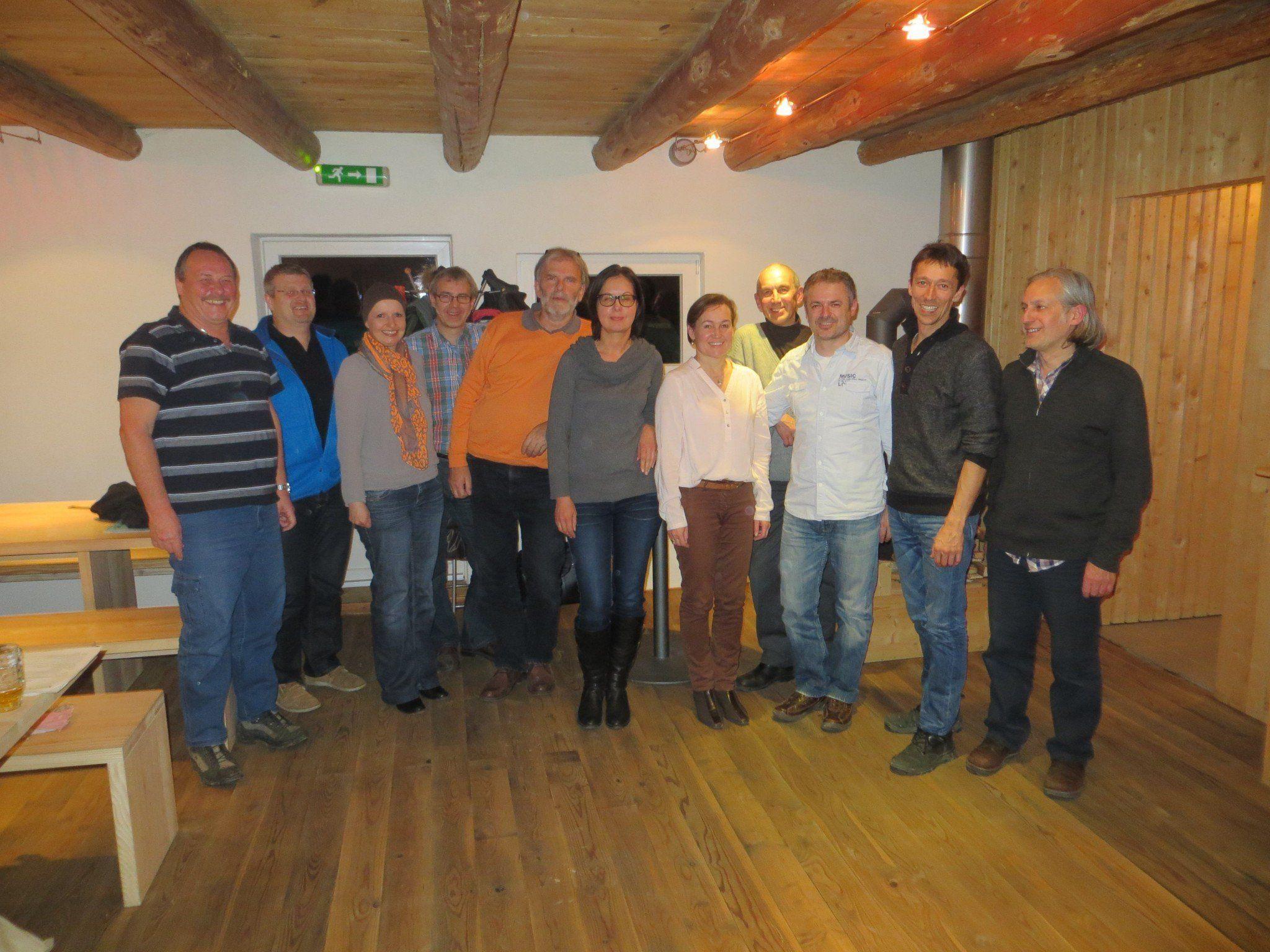 Der Vorstand und Vereinsmitglieder bei der Jahreshauptversammlung im Farnach.