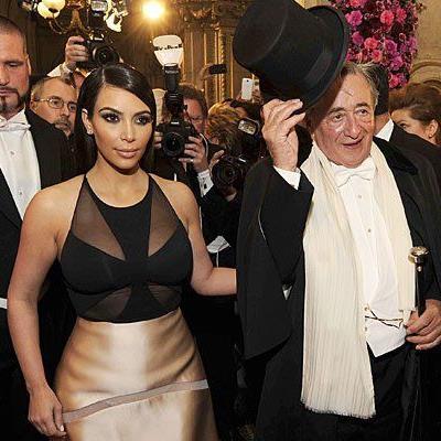 Kim Kardashian zeigte am Opernball vorwiegend steinerne Miene - hob sie sich ihre Euphorie für den Rosenball auf?