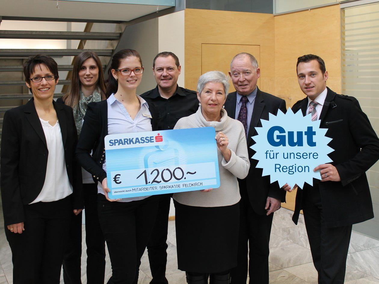"""Übergabe der Mitarbeiterspende der Sparkasse Feldkirch an """"Tischlein Deck Dich""""."""