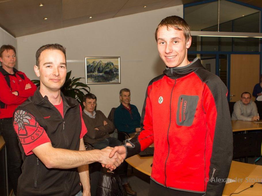 Ausbildungsleiter Alexander Doblinger (li) beglückwünscht den neuen Bergrettungsmann Michael Ritter.