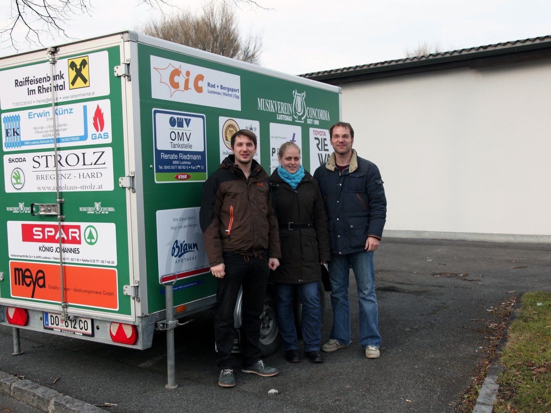 Christian Lapitz, Theresa Hämmerle und Obmann Oliver Huber freuen sich über den neu gestalteten Anhänger.