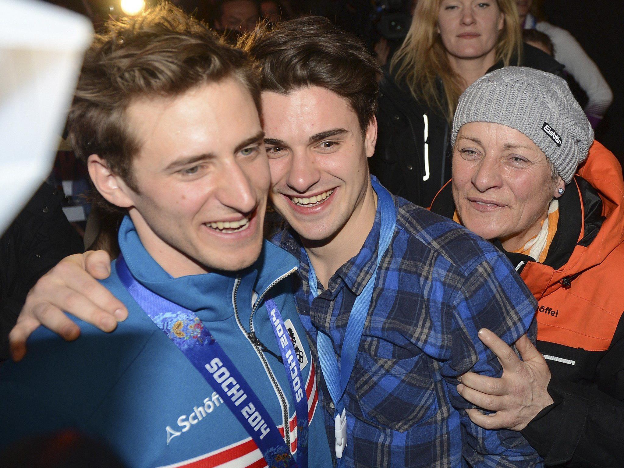 Goldmedaillengewinner Matthias Mayer (AUT) mit Bruder Lucas und seiner Mutter Margret.