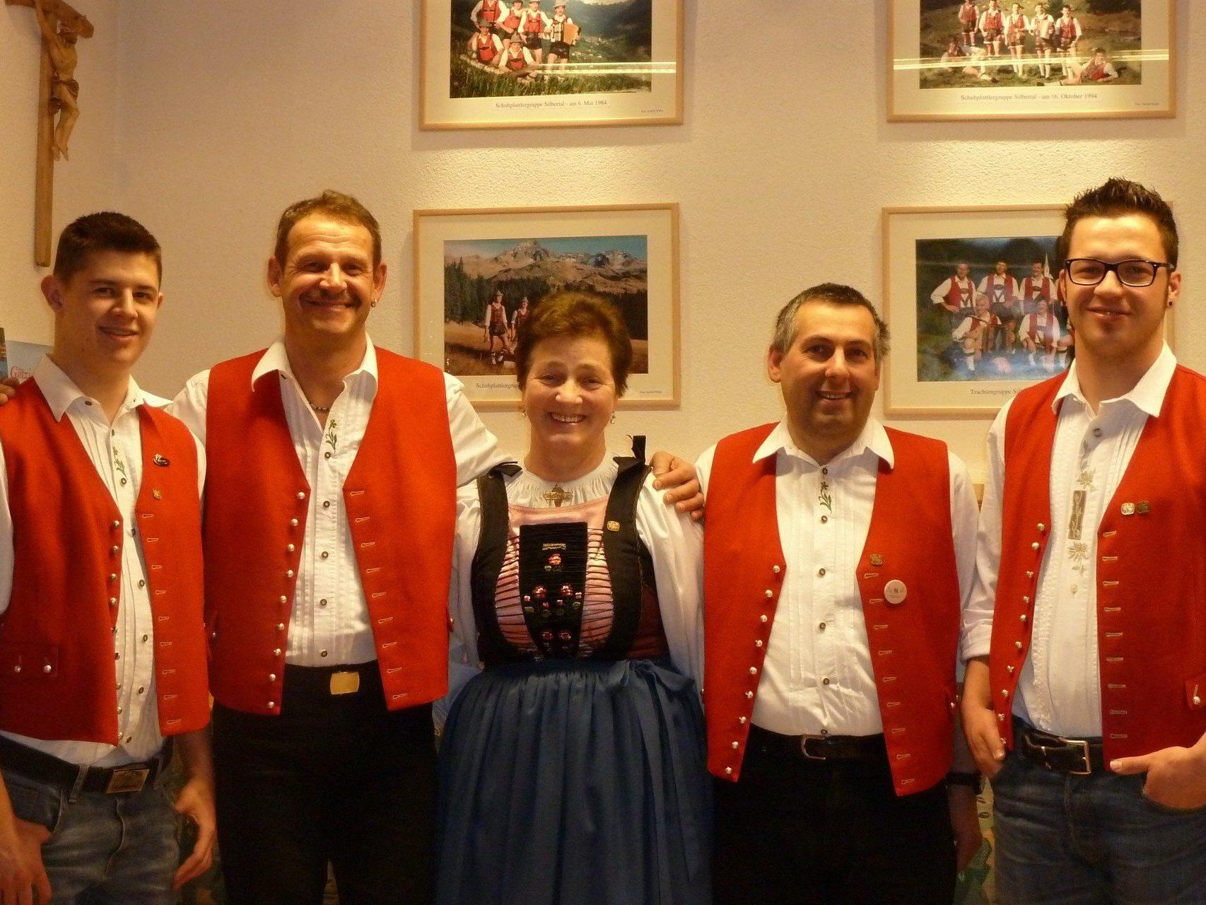 Obmann Vallaster Christoph und die Vereinsmitglieder gratulierten den Jubilaren.