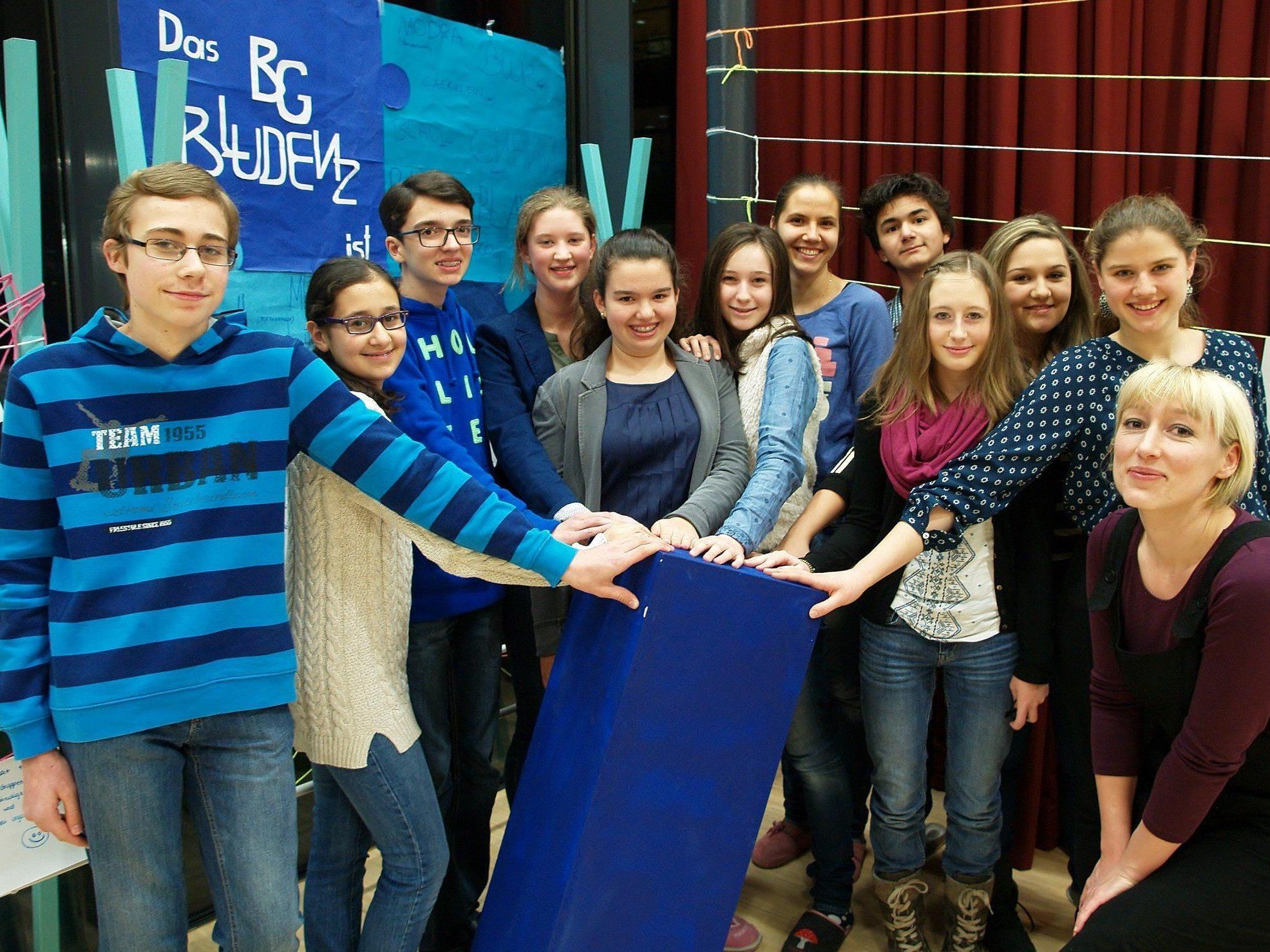 Kunstpädagogin Marina Schöpf mit einigen Jugendlichen bei der Projekt-Präsentation am Bundesgymnasium Bludenz.