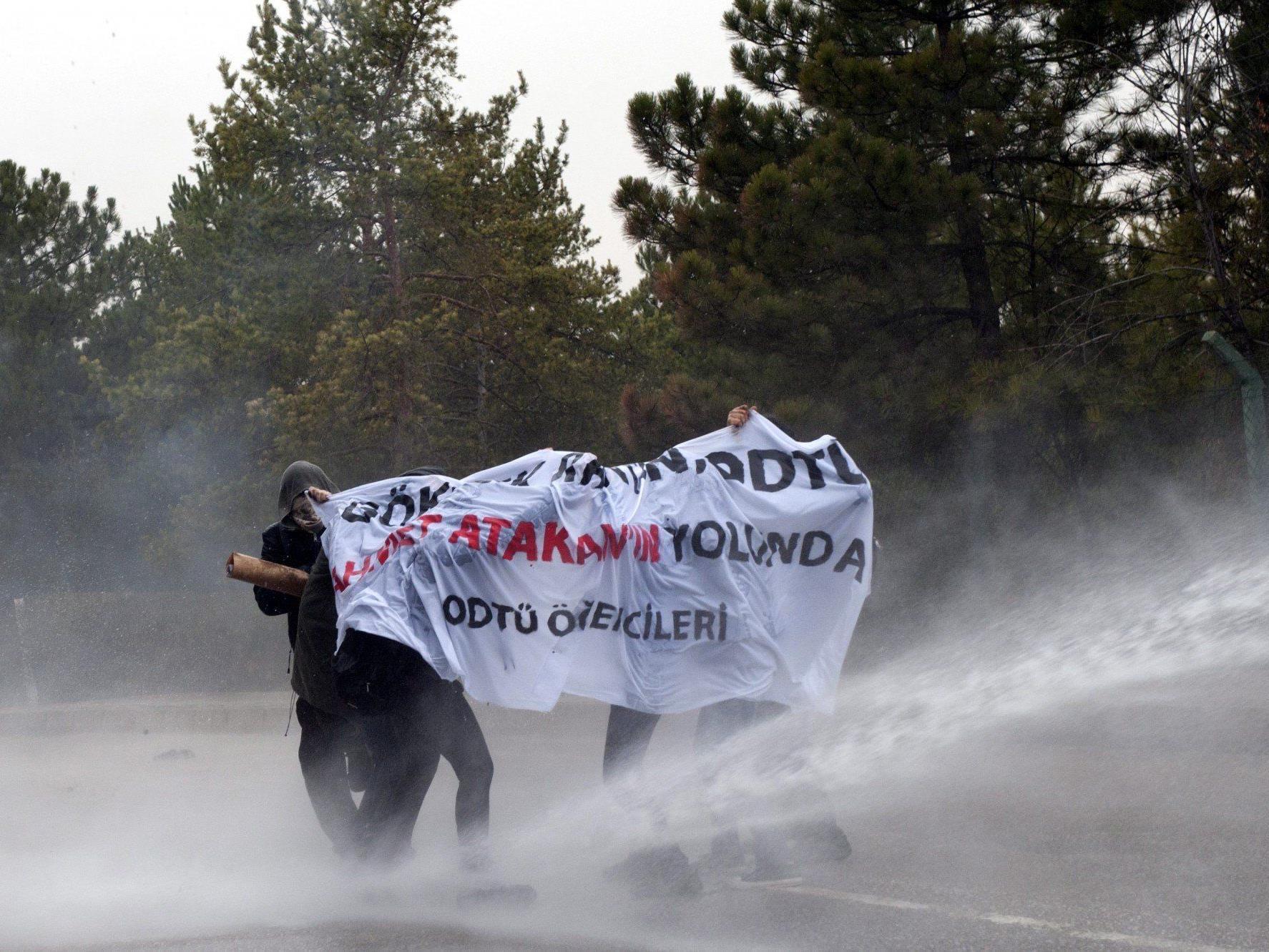 Mehrere Hundert Menschen protestierten gegen Regierung von Ministerpräsident Erdogan.
