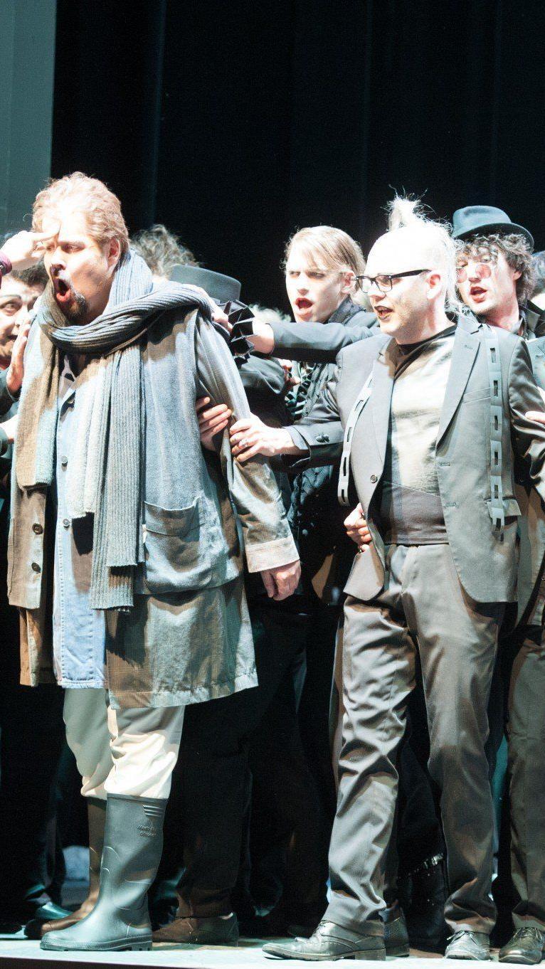 Internationales Sänger-Trio überzeugt - Intendant Kubelka als Regisseur und Bühnenbildner.