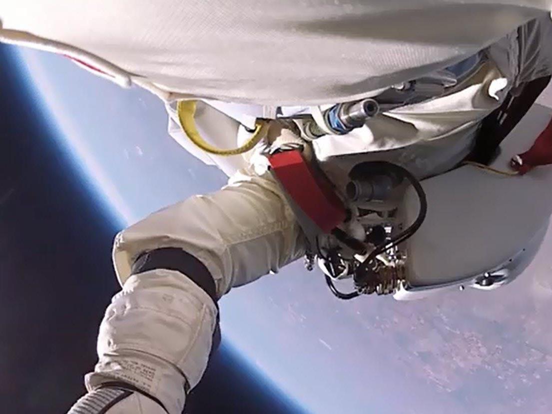 Felix Baumgartner in knapp 40 Kilomtern Höhe - Gefilmt von einer GoPro Kamera.