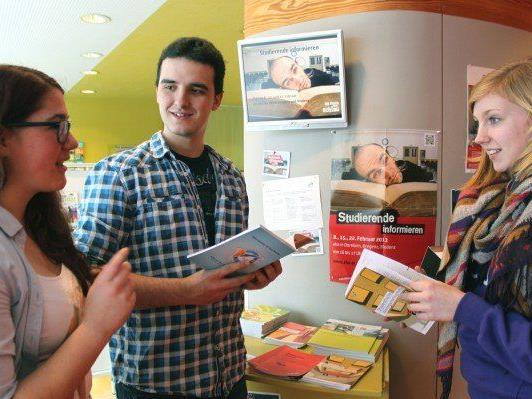 Im aha Bludenz: Studierende informieren im aha. StudentInnen geben Insider-Tipps zum Studienalltag.