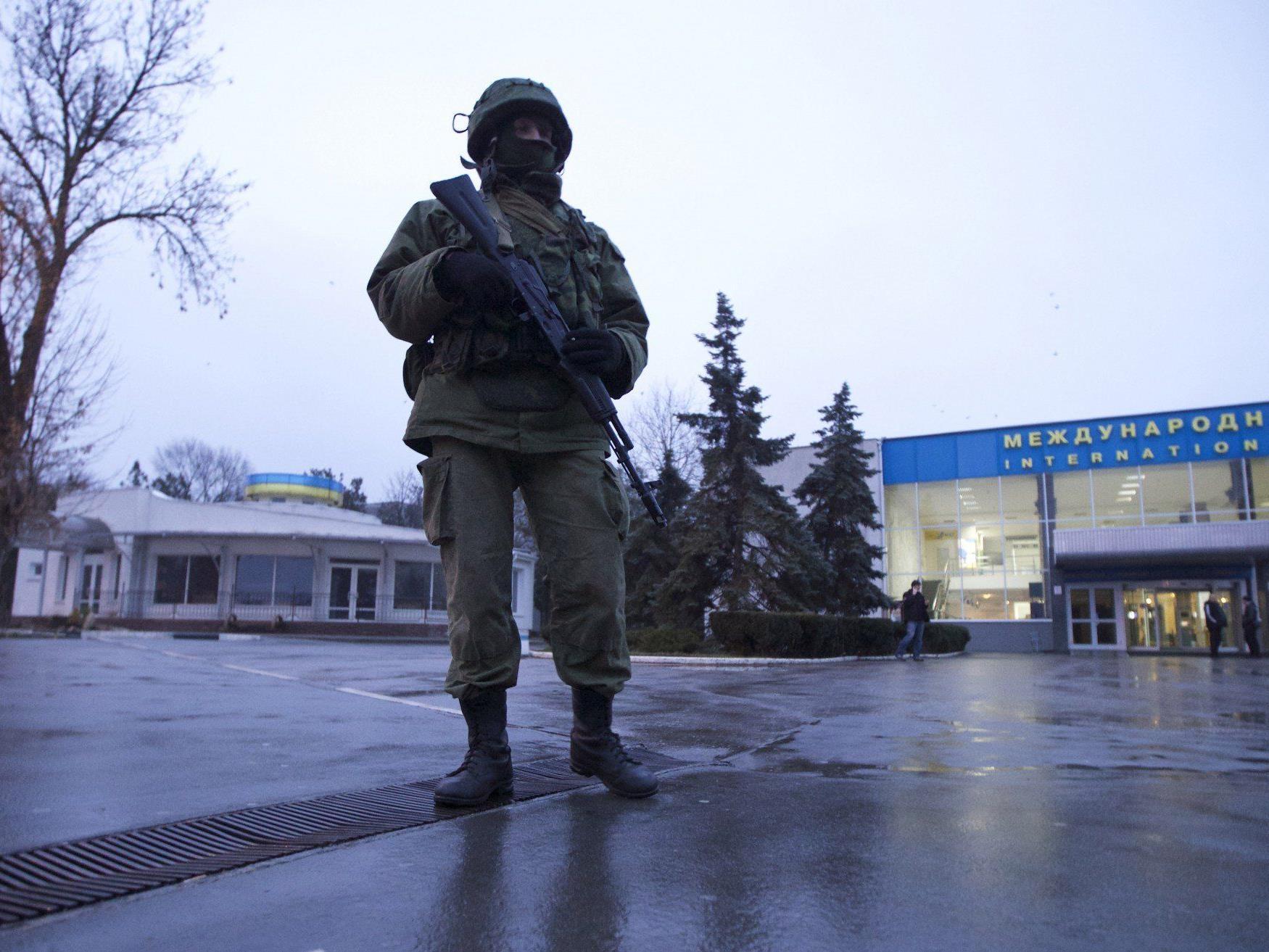 Bewaffnete Kontrolle über Flughafen Simferopol übernommen - Flugreisende werden nicht behindert.