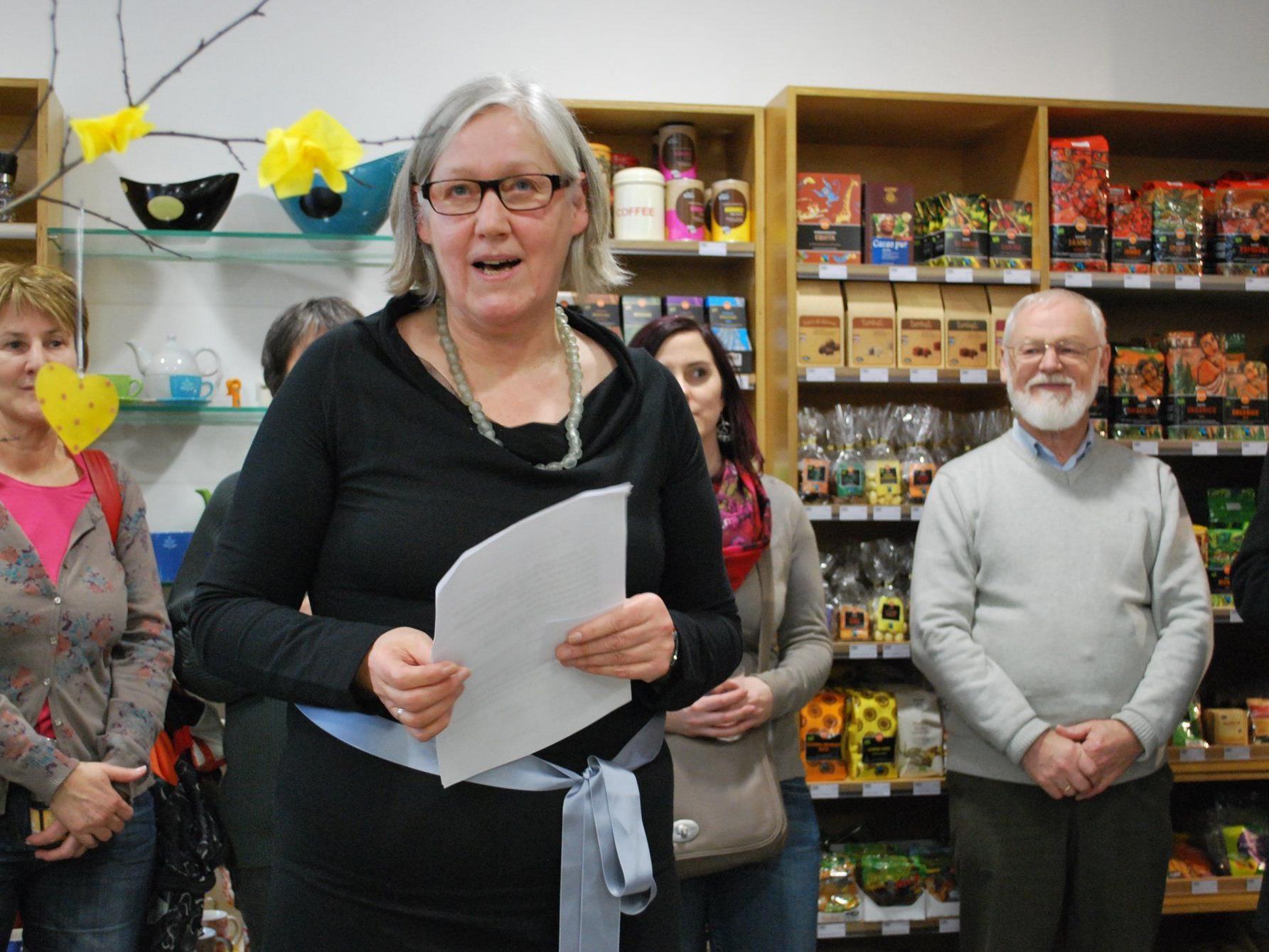 Geschäftsführerin Marie-Luise Patak begrüßt die Gäste