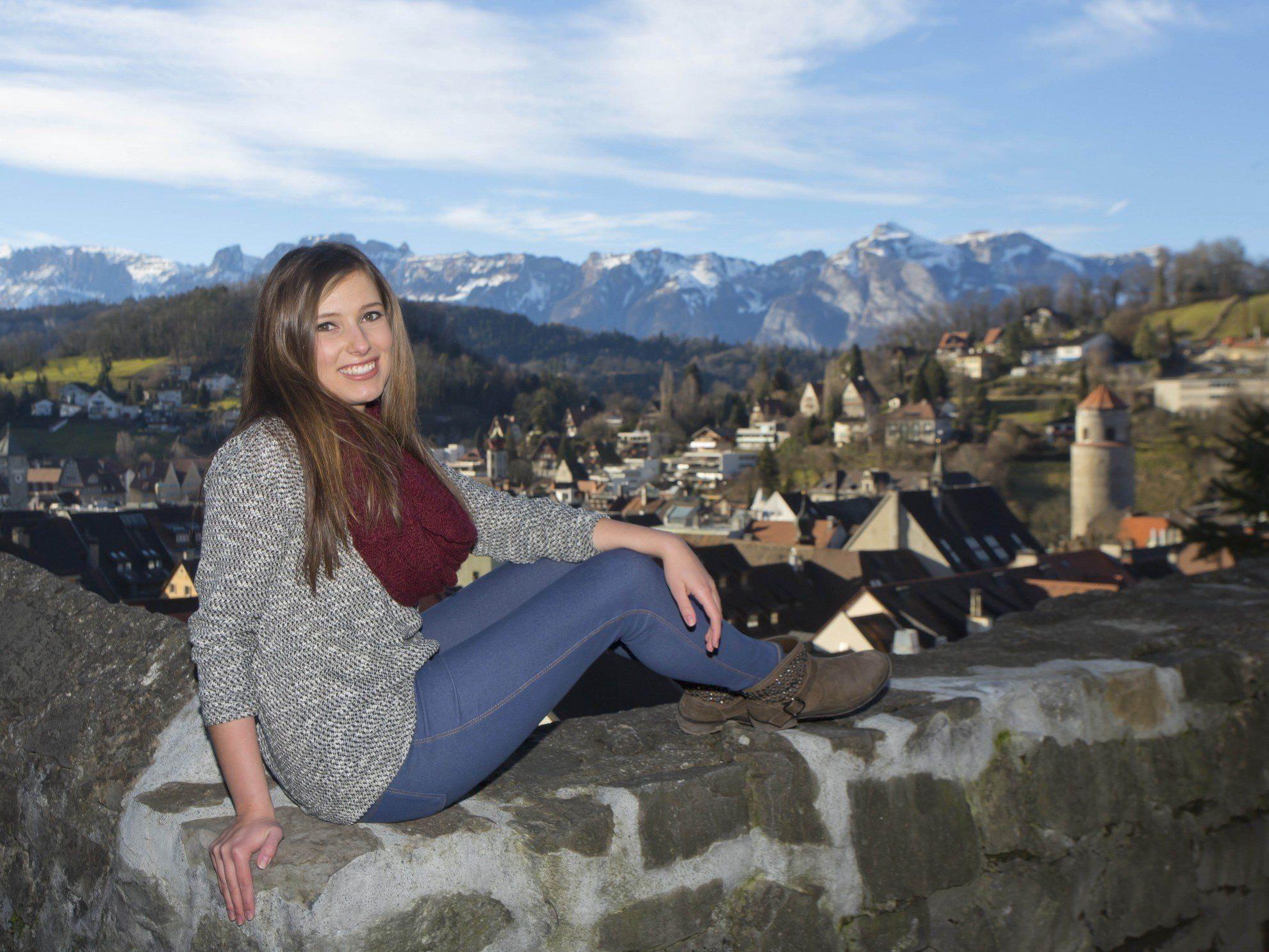 JEssica genießt das frühlingshafte Wetter von der Schattenburg in Feldkirch aus.