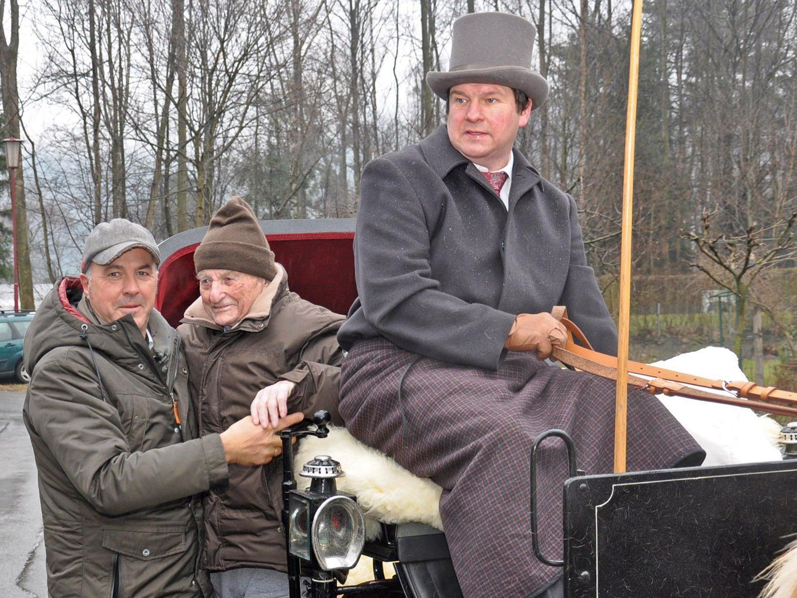 Der 100-jährige Rupert Tischler mit Bürgermeister Herbert Sparr und Kutscher Erwin Gehrer