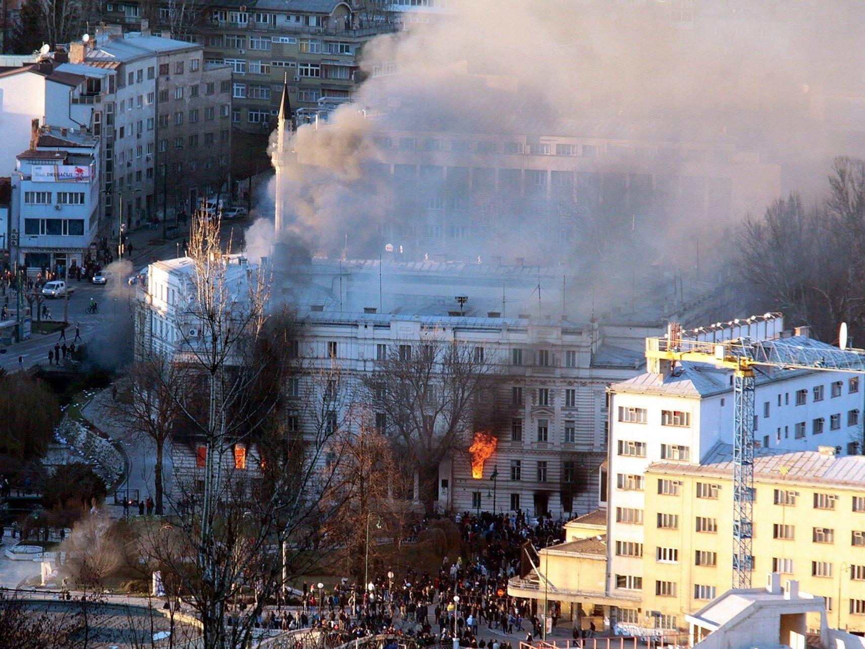Das Gebäude der Kantonalregierung in Sarajewo in Flammen.