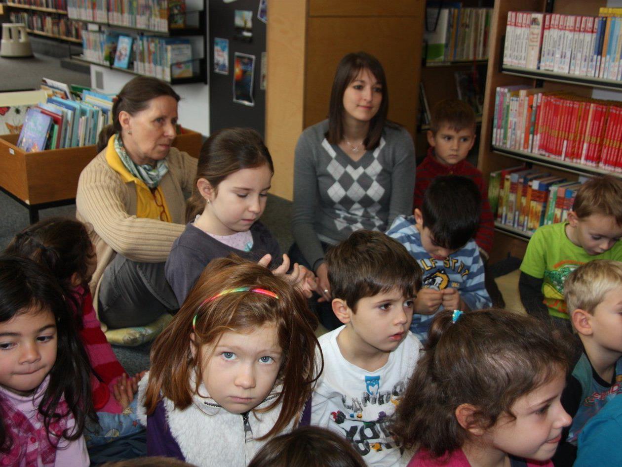 Nachwuchsleserinnen besuchten die Bücherei.