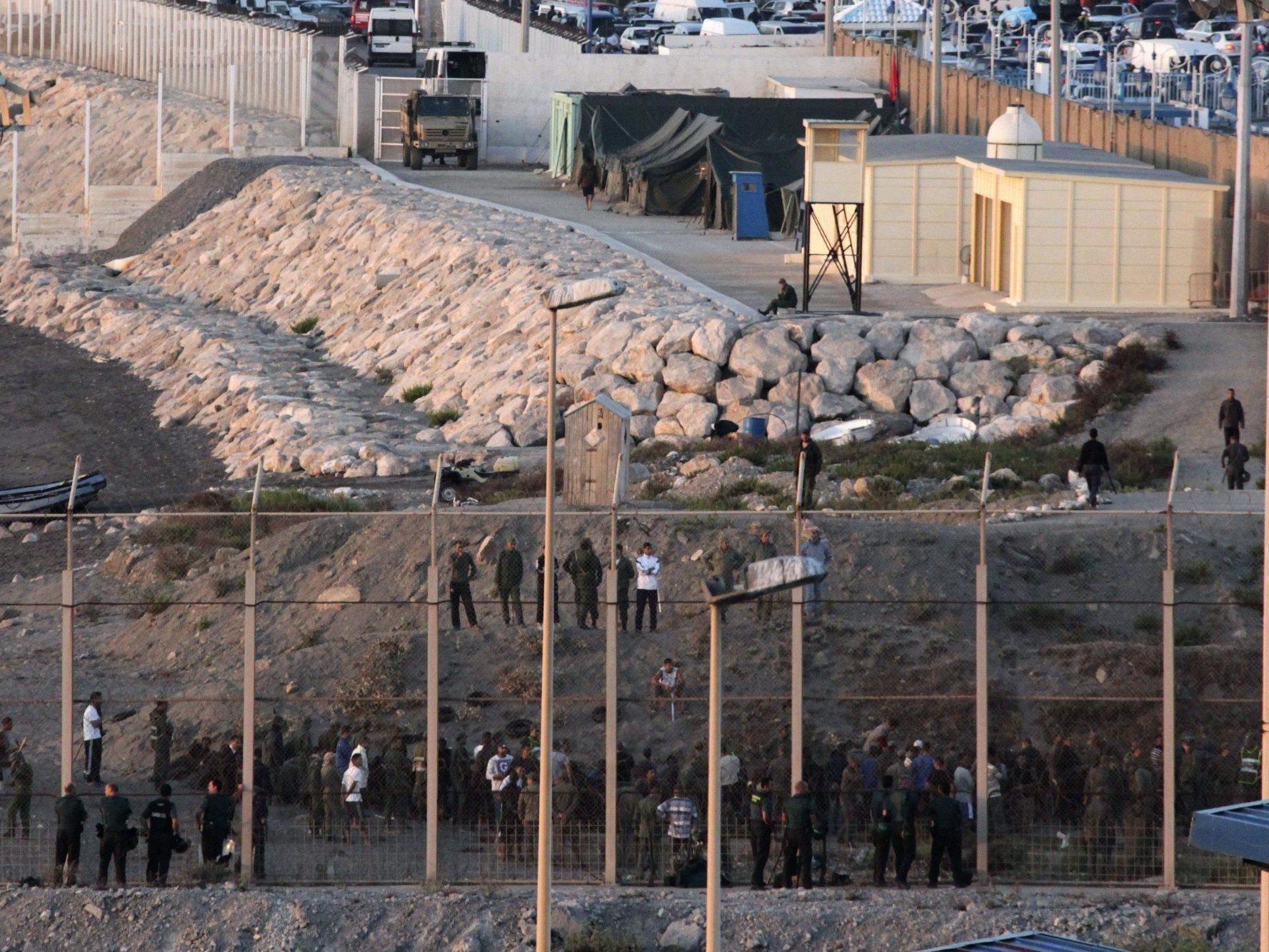 Die Flüchtlinge sprangen auf der Flucht vor der Gendarmerie ins Meer.