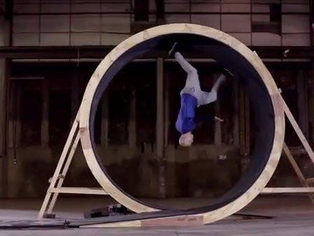 Damien Walters hat das Unmögliche möglich gemacht: Für einen Pepsi-Werbespot rannte er eine volle 360-Grad-Schleife.