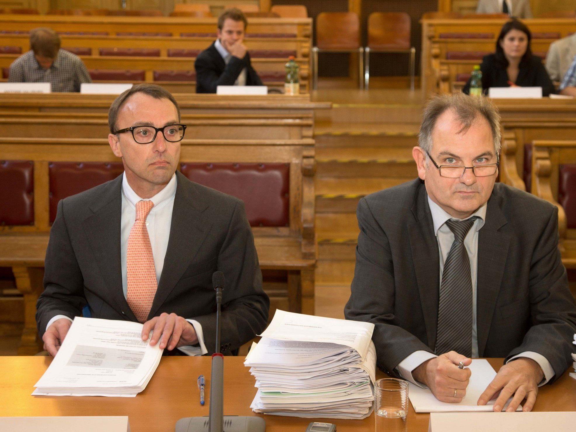 Der ehemalige Geschäftsführer der Osterfestspiele, Michael Dewitte (li) und Anwalt Johann Eder