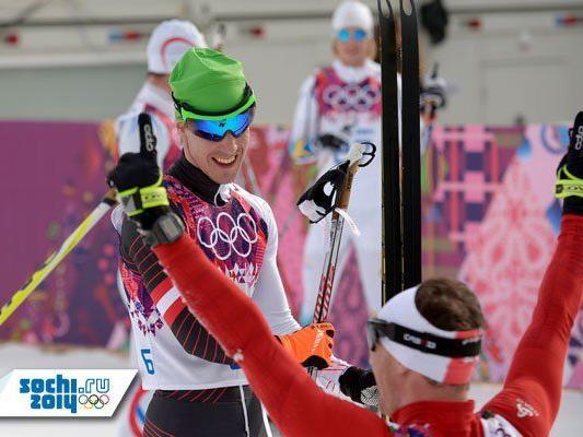 Johannes Dürr gratuliert Dario Cologna zur Goldmedaille.