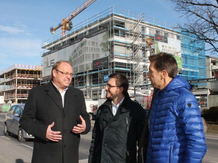 Bürgermeister Elmar Rhomberg und Atrium-Geschäftsführer Jeannot Fink beim Lokalaugenschein im Gespräch mit Optikermeister Michael Friesenecker.