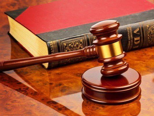 Gerichtsmitarbeiter wegen Amtsmissbrauchs angeklagt.