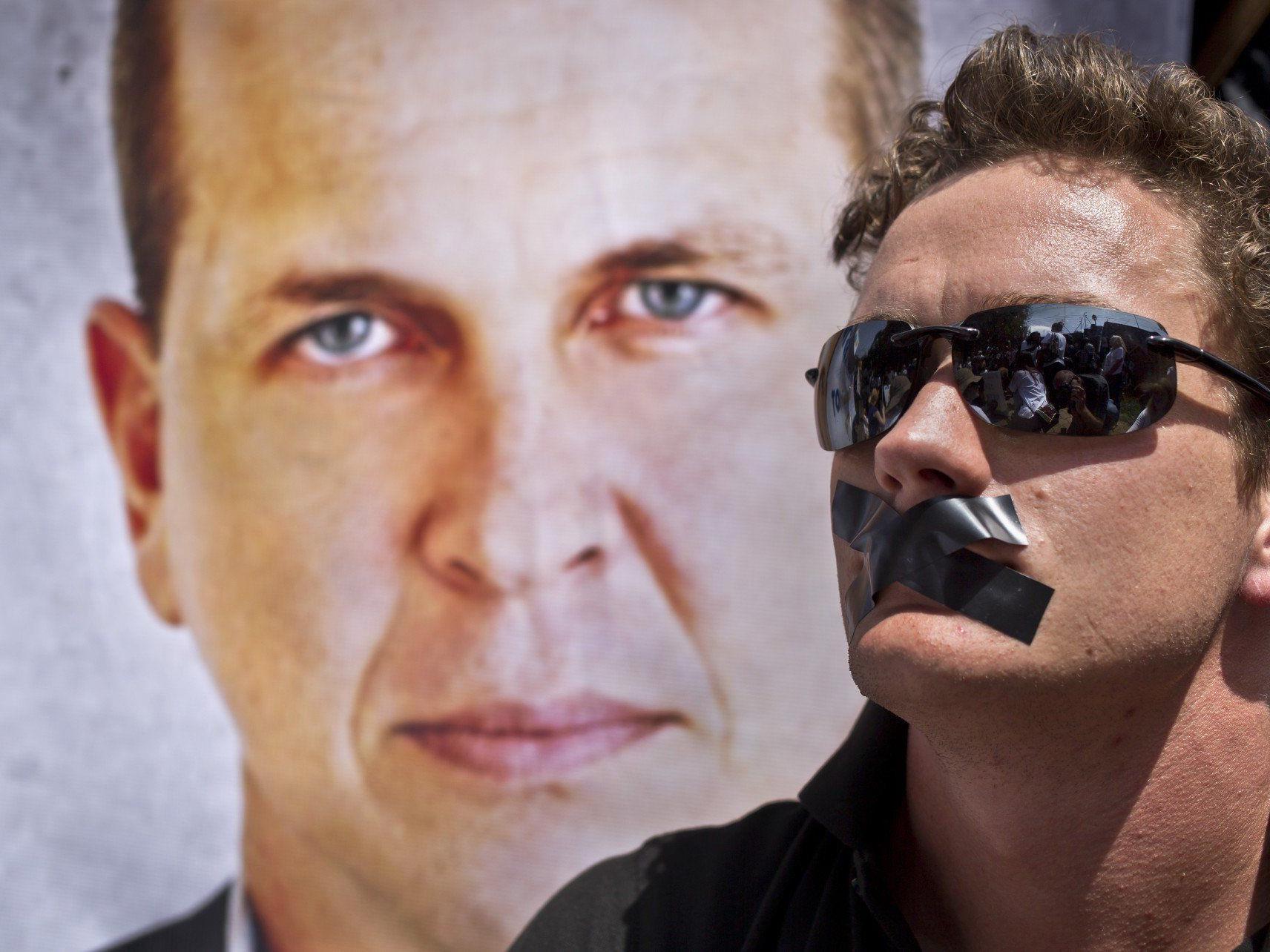 Mindestens drei Al-Jazeera-Mitarbeiter, unter ihnen der Australier Peter Greste, sind in Untersuchungshaft
