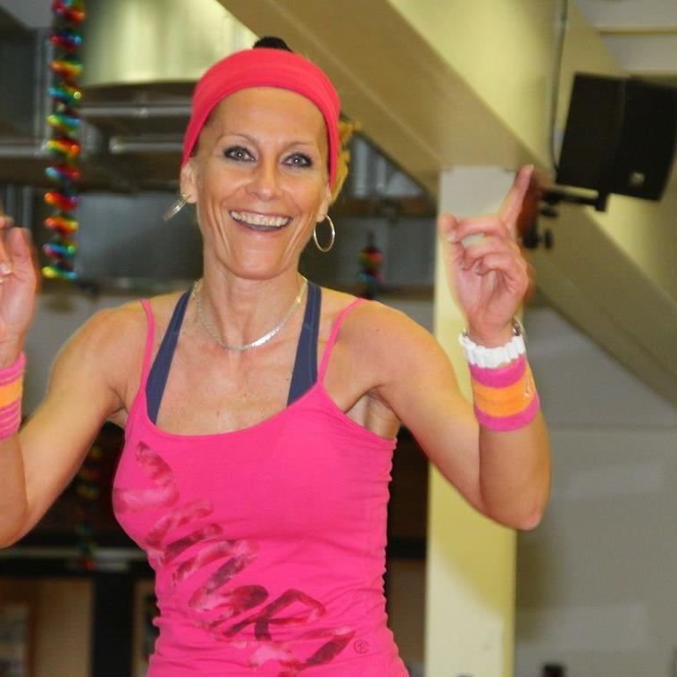 Zumbatrainerin Iwona Kolbek gibt im Happy Dance die Marschroute vor und viele Frauen sind dabei.