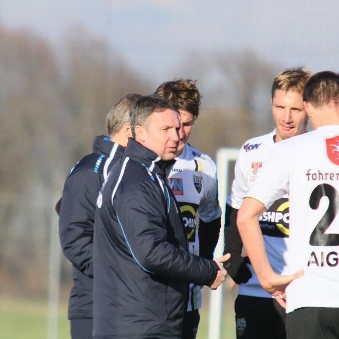 Coach Damir Canadi, Philipp Netzer, Martin Kobras und Hannes Aigner sind beim Stammtisch dabei.