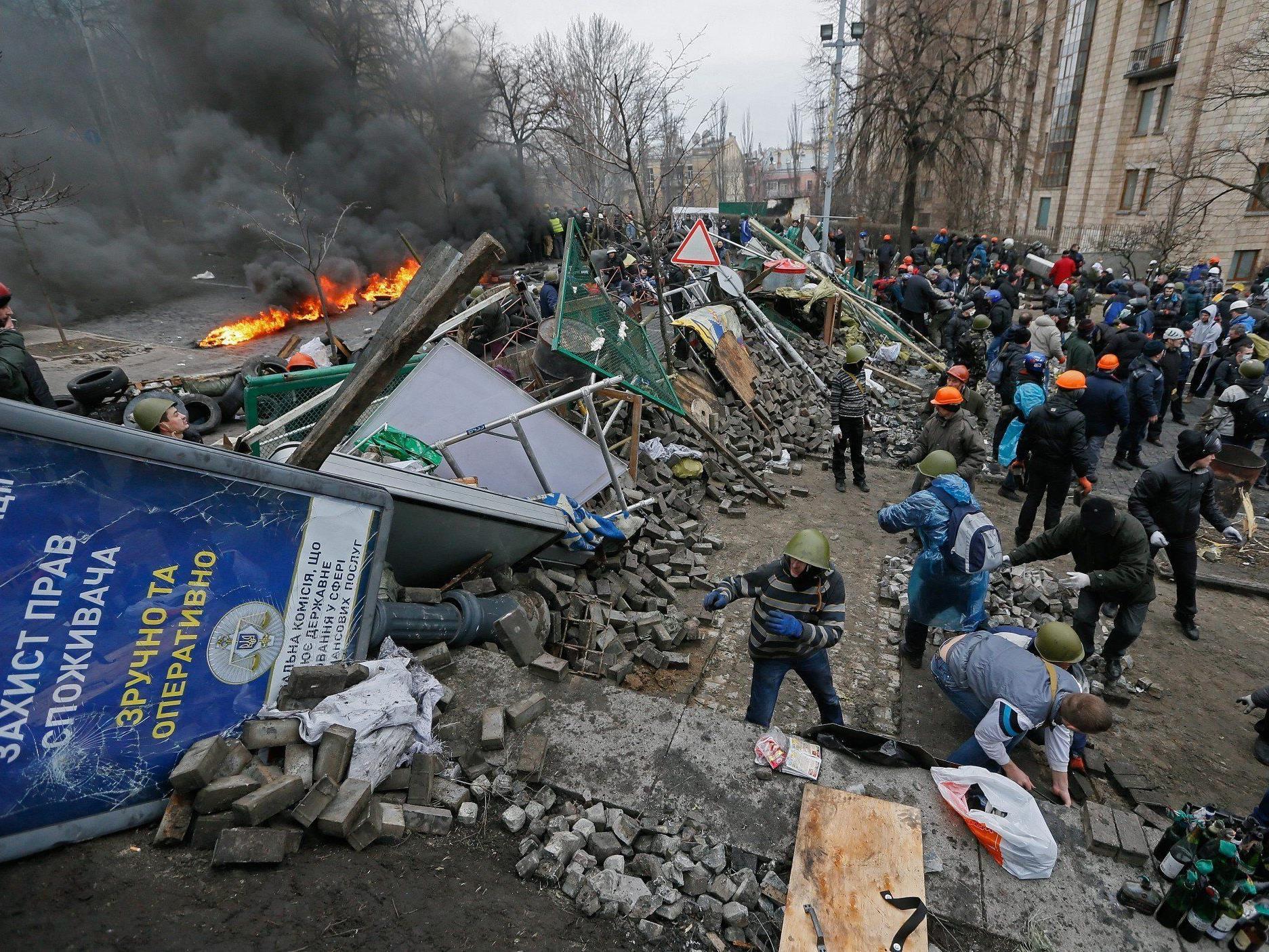 Die Opposition verstärkt die Barrikaden am Maidan, nachdem es am Donnerstag erneutz zu heftigen Protesten mit der Polizei gekommen ist.