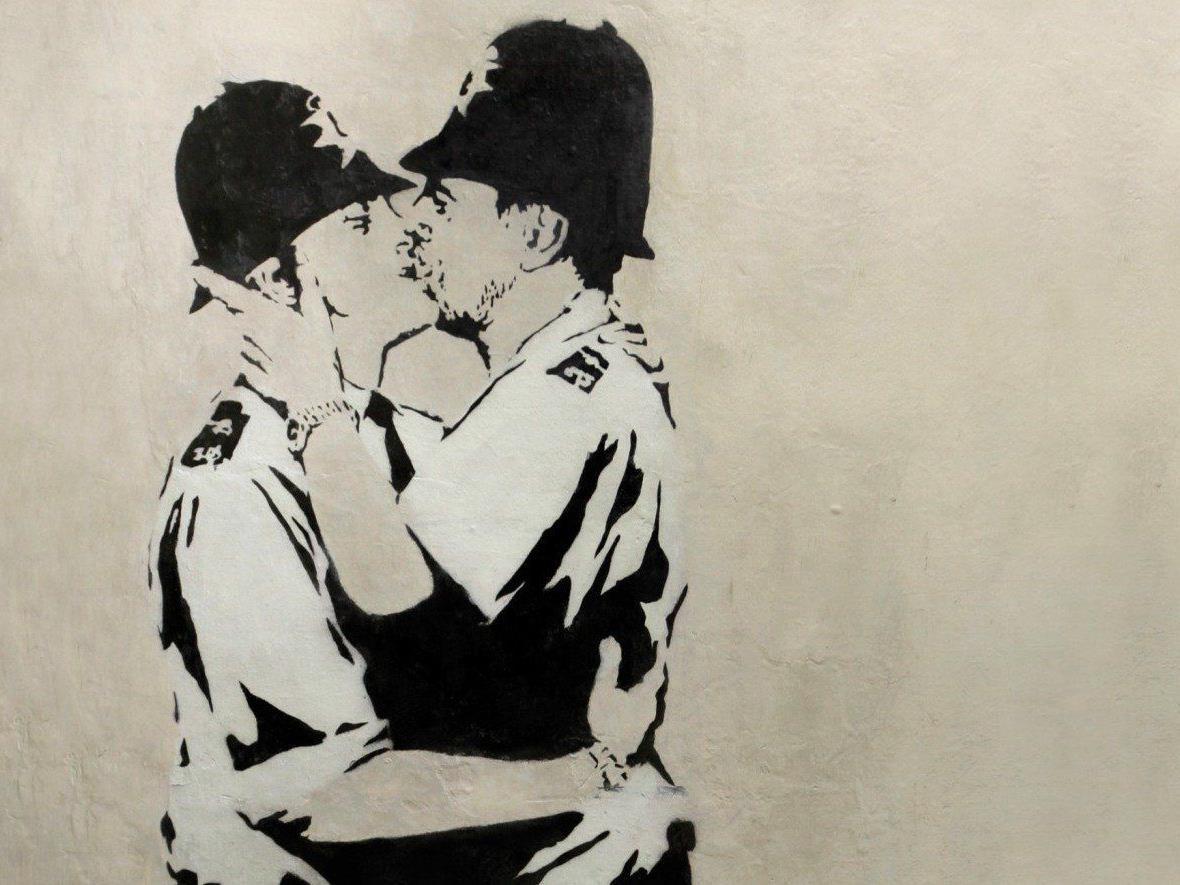 """Kissing Coppers"": Wandmalerei von Street-Art-Künstler Banksy versteigert."