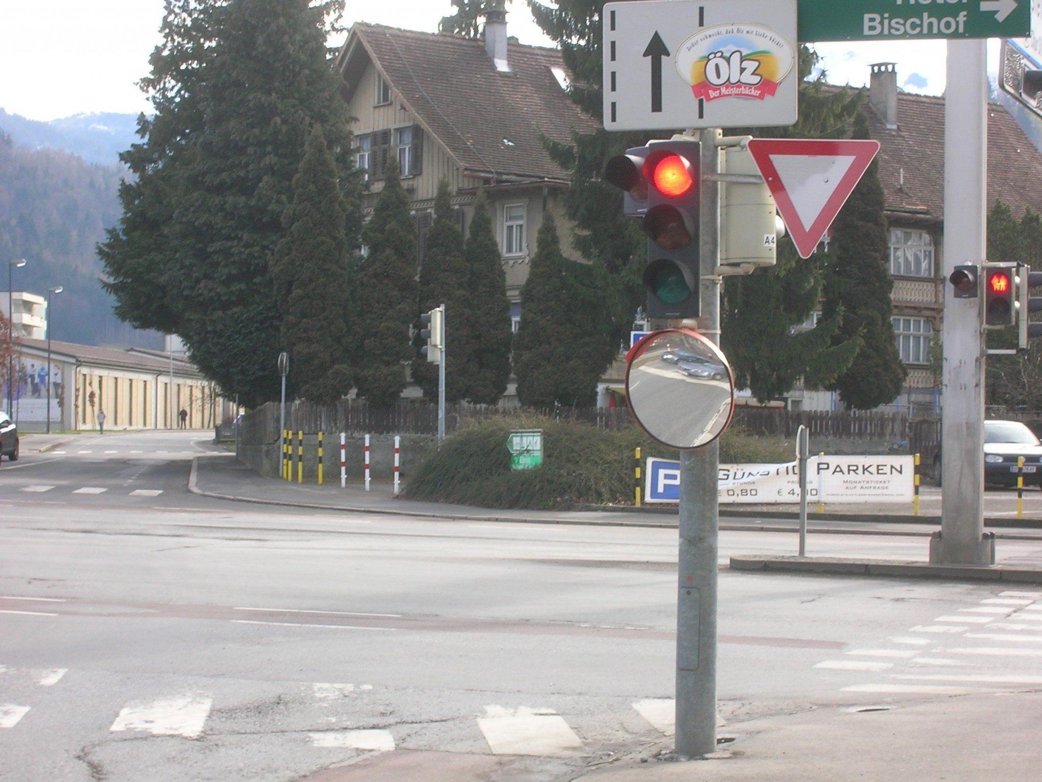 Seit wenigen Tagen soll ein Verkehrsspiegel bei der Kronenkreuzung für mehr Sicherheit für Radfahrer sorgen.