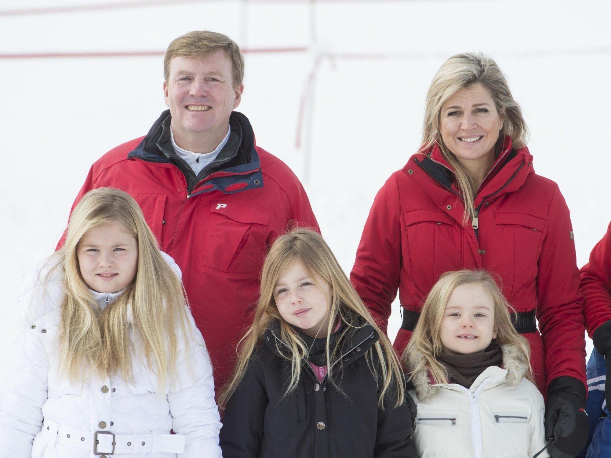 Skiurlaub in Lech: König Willem-Alexander und Königin Máxima der Niederlande und ihre Kinder Catharina-Amalia, Alexia und Ariane (v.l.n.r.)