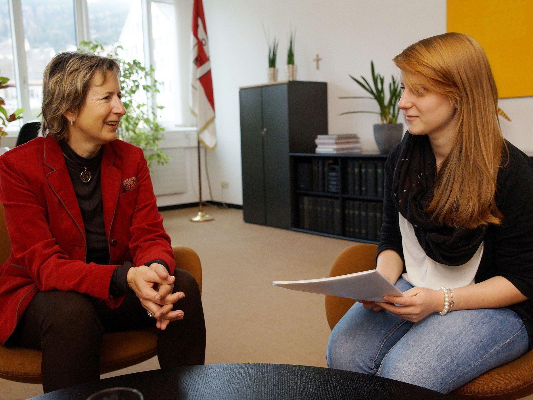 Rebecca Kaufmann bei der Übergabe der Unterschriften an Landtagspräsidentin Gabriele Nußbaumer.