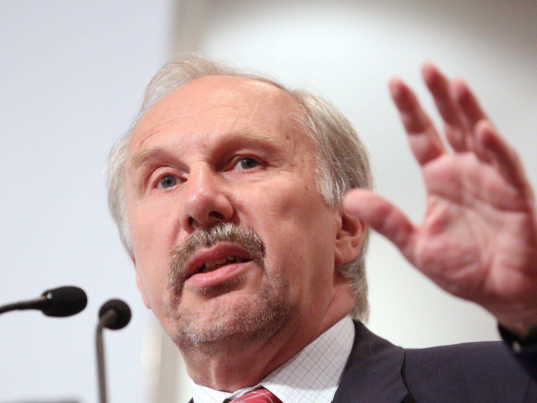 Nobenbank-Boss Ewald Nowotny sieht sich mit internen Mails konfrontiert.