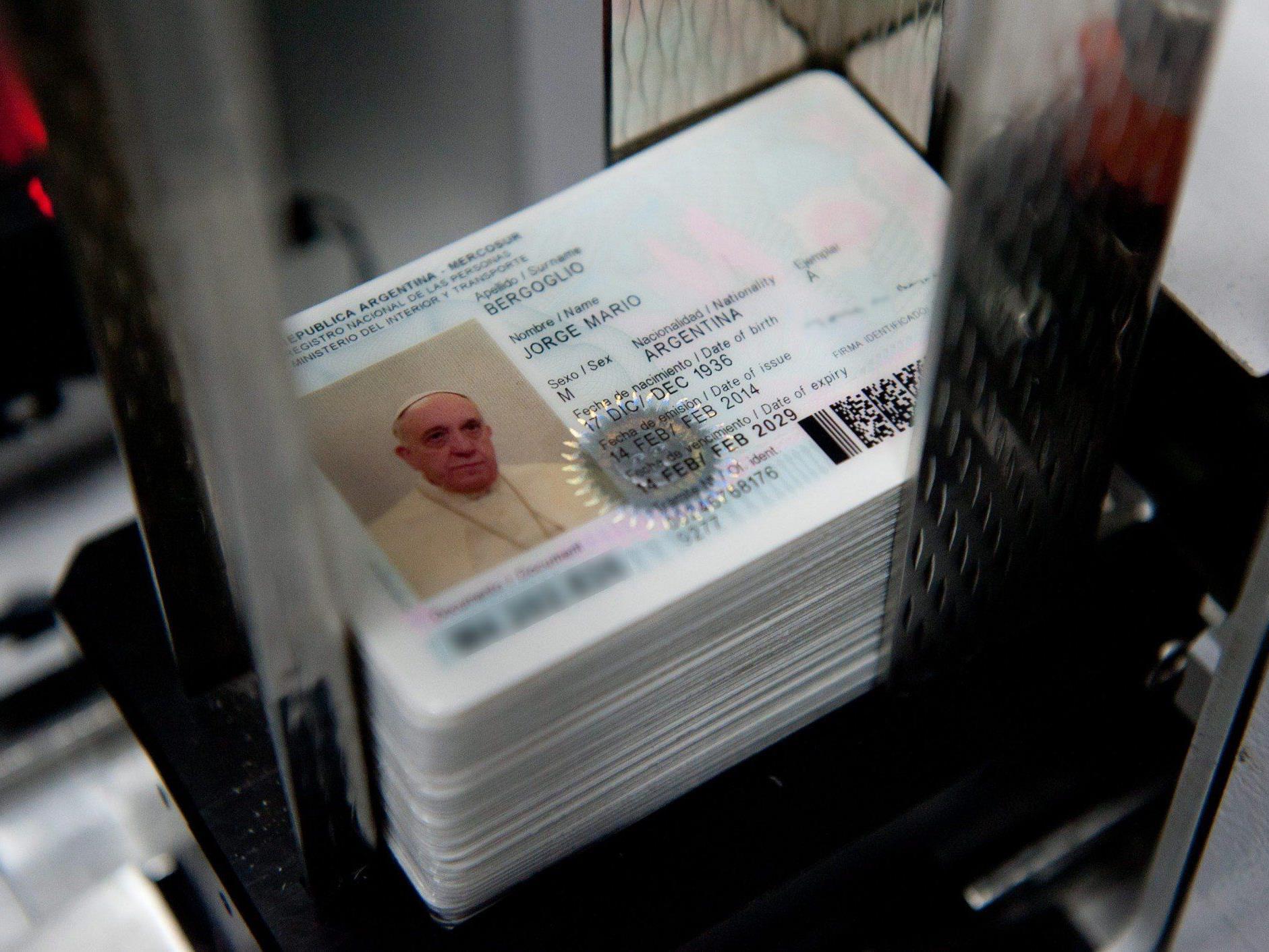 Neben einem Pass beantragte der Papst auch einen neuen Personalausweis.