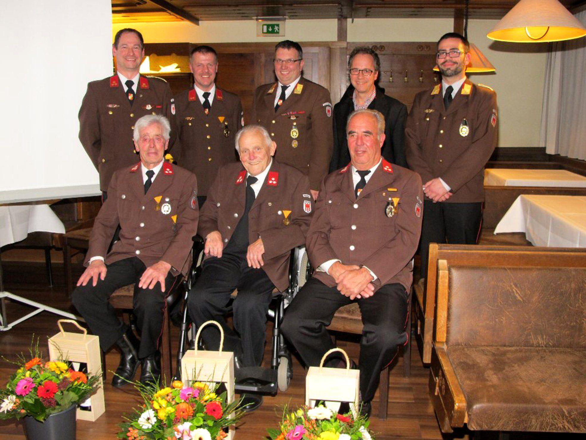 Helmut Keckeis, Armin Keckeis und Otto Kittenbaumer (vorne v.l.) wurde für jeweils 60 Jahre Dienst am nächsten geehrt.