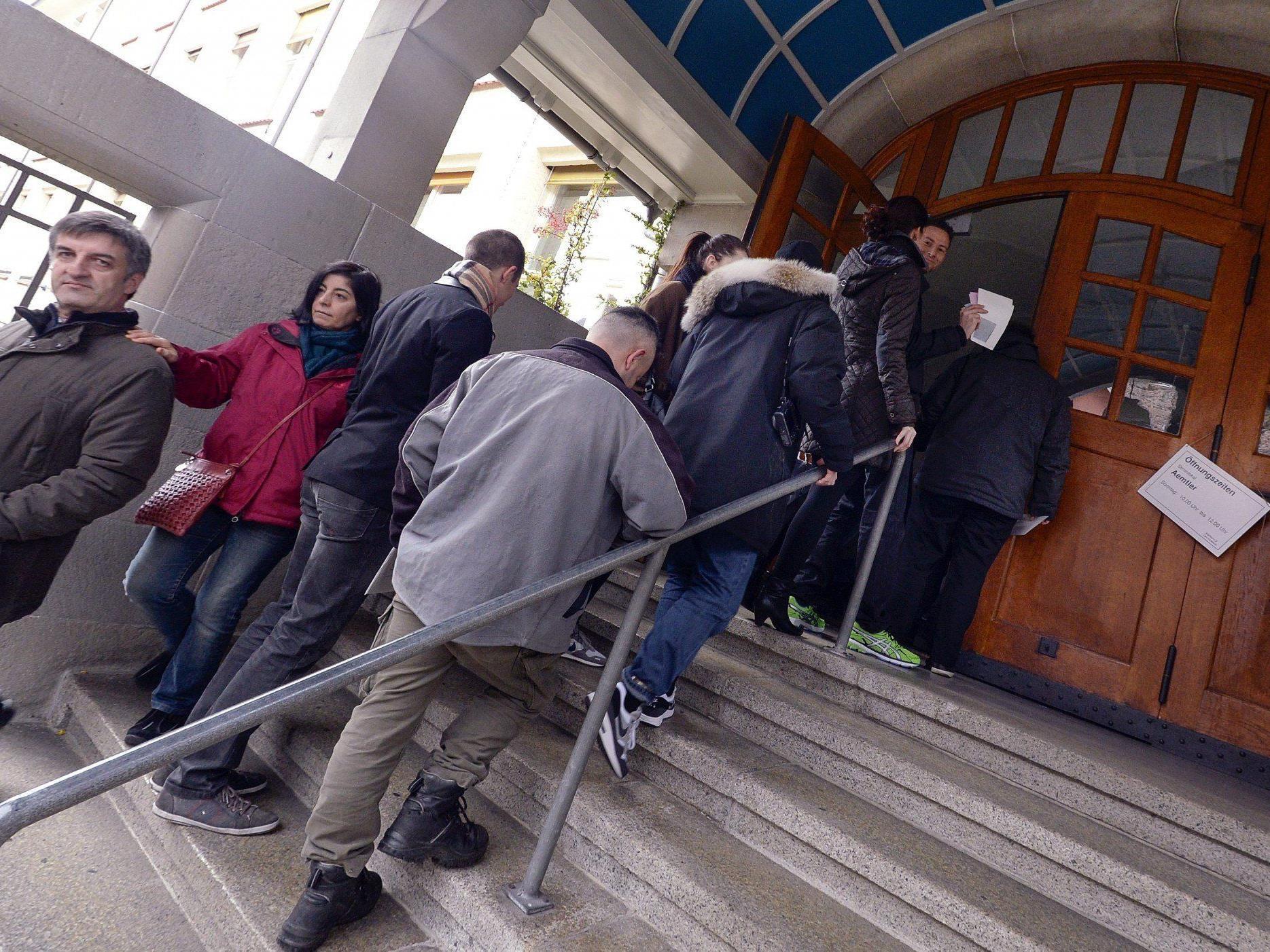 Die Schweizer entscheiden über die mögliche Wiedereinführung von Zuwanderungsquoten.