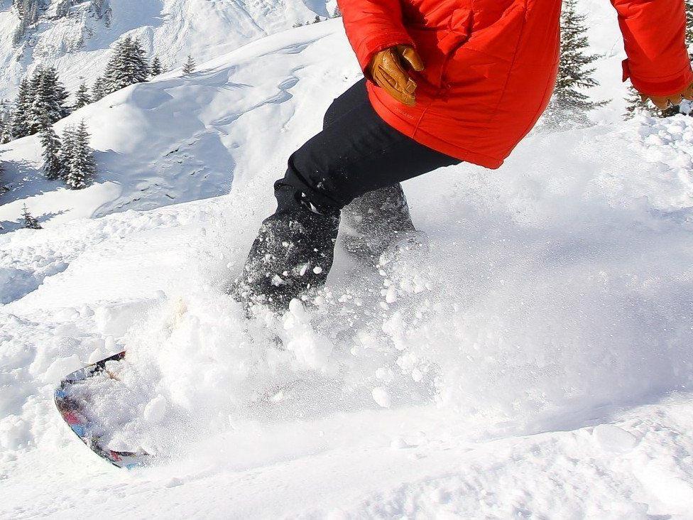Der Skifahrer ließ den jungen Snowboarder verletzt liegen.