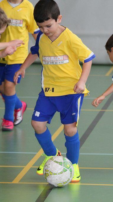 Um jeden Zentimeter wurde beim VfB Hohenems Nachwuchshallenfußballturnier gekämpft.