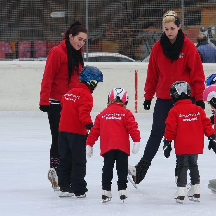 Fast vierzig junge Eiskunstlaufläufer bildet der Eissportverein Rankweil derzeit aus, ständig werden es mehr.