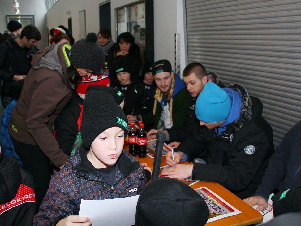 Die vier VEU Feldkirch Stars Martin Tomasek, Volodymr Romanenko, Maxim Abaev und Dominik Müller gaben Autogramme.