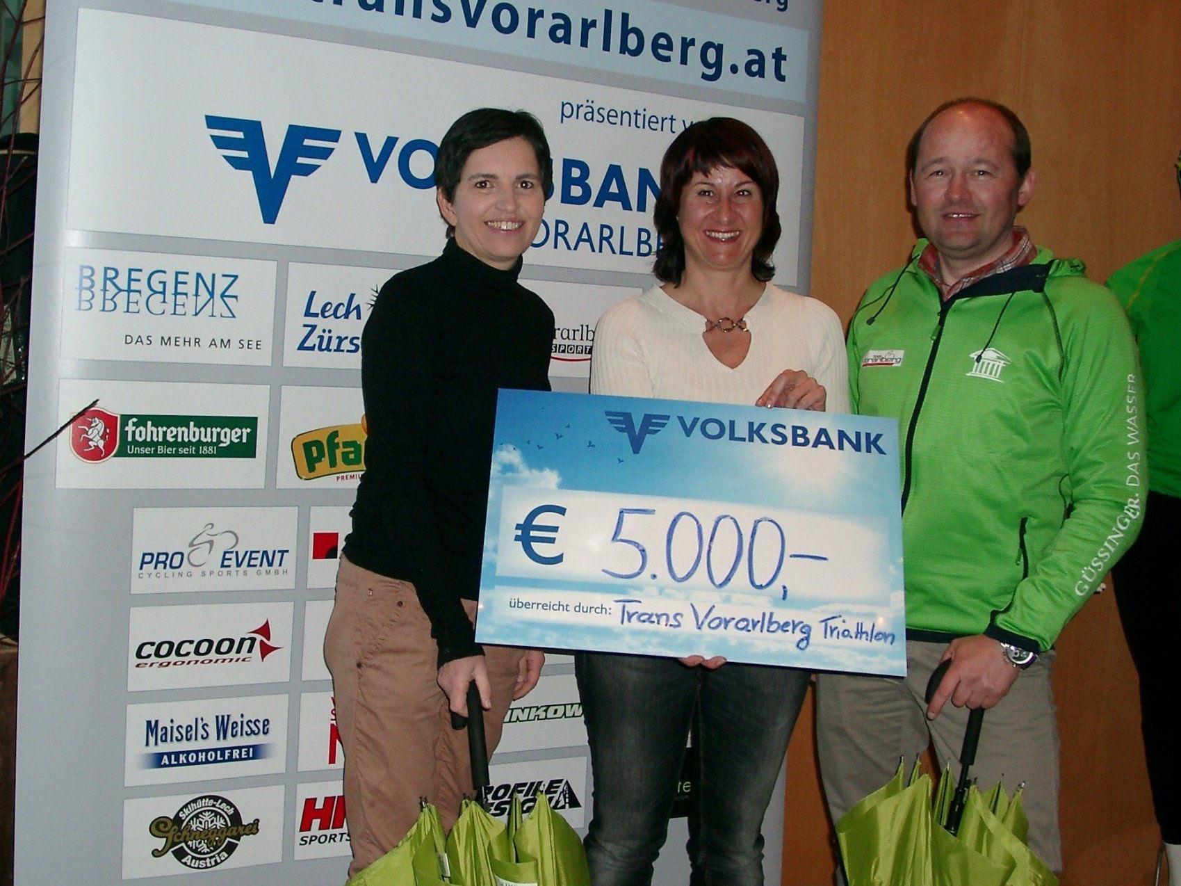Thomas Kofler und Sabine Wittwer überreichten an Susanne Marosch einen Scheck von 5000 Euro.