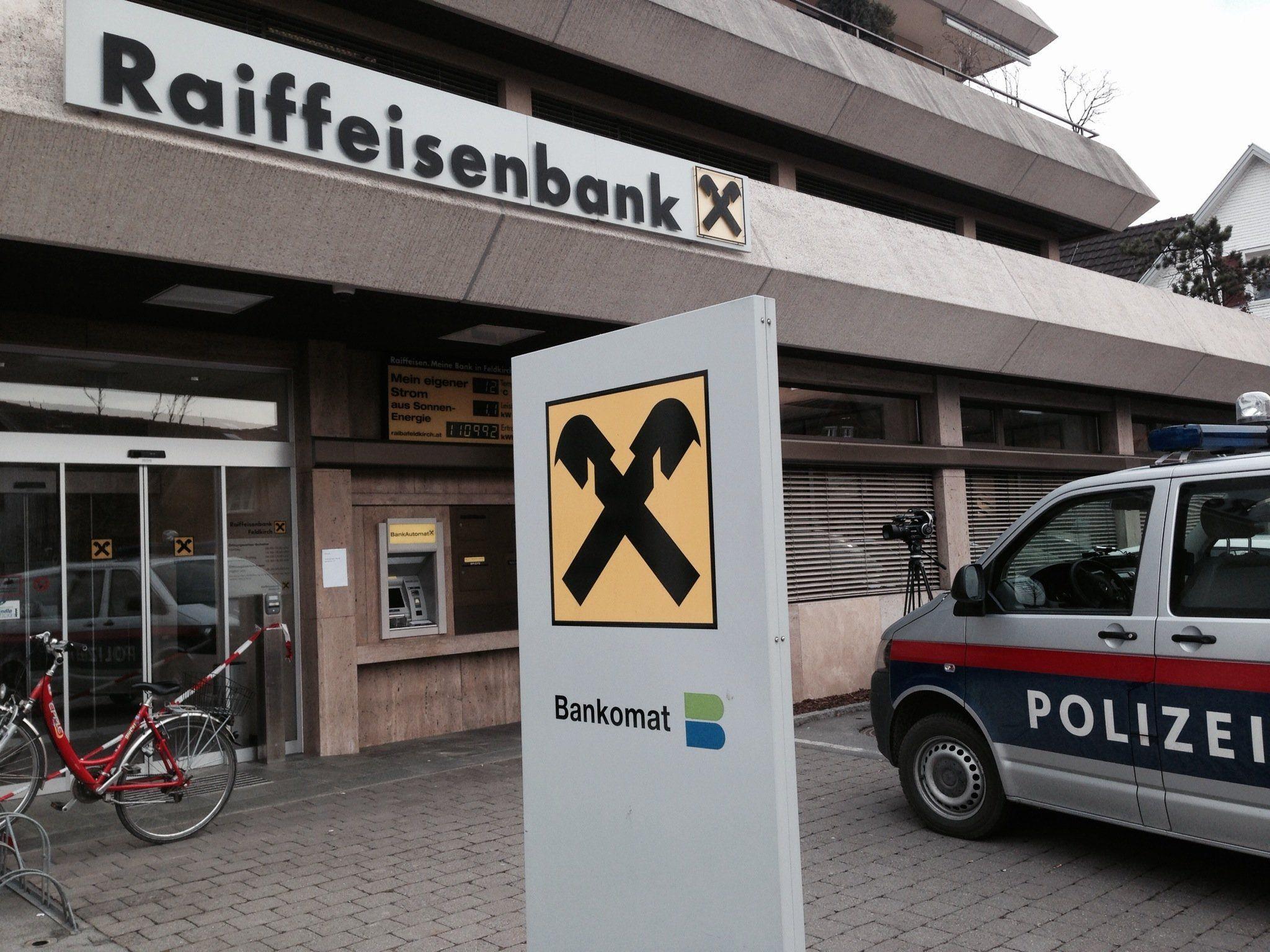 Banküberfall in Feldkirch Altenstadt: Bewaffneter Täter flüchtig.