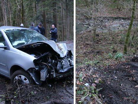 Das Fahrzeug des Ehepaars geriet aus unbekannter Ursache über die Böschung und stürzte ab.